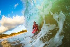 Onda de la puesta del sol que practica surf imágenes de archivo libres de regalías