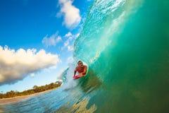 Onda de la puesta del sol que practica surf foto de archivo