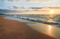 Onda de la resaca de la puesta del sol del mar Imagen de archivo