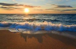 Onda de la resaca de la puesta del sol del mar Imagenes de archivo
