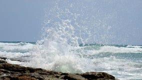 Onda de la resaca del mar en verano imagenes de archivo