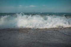 Onda de la resaca en la costa del Mar Negro fotografía de archivo
