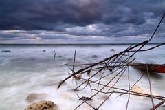 Onda de la tormenta en el mar en la puesta del sol Imágenes de archivo libres de regalías