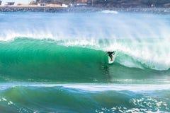 Onda de los paseos del tubo de la persona que practica surf que practica surf Imagen de archivo libre de regalías
