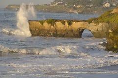 Onda de océano que causa un crash en el puente natural Imagen de archivo
