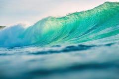 Onda de océano que causa un crash Fractura de la onda del barril con la luz de la puesta del sol Imagen de archivo libre de regalías