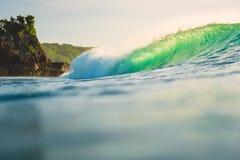 Onda de océano que causa un crash Fractura de la onda verde del barril con la luz de la puesta del sol Fotos de archivo