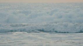 Onda de oceano azul bonita que quebra no movimento lento filme