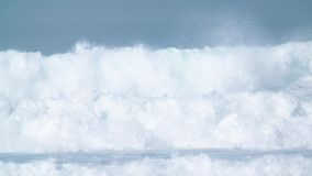 Onda de oceano azul gigante dentro no movimento lento video estoque