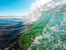 Onda de oceano colorida Água do mar na forma da crista imagens de stock royalty free