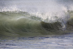 Onda de oceano de quebra enorme Foto de Stock