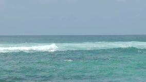 Onda de oceano gigante azul bonita no movimento lento filme