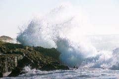Onda de oceano grande que despedaça-se contra uma rocha Foto de Stock