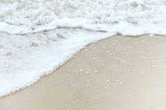 Onda de oceano macia na praia branca da areia Imagem de Stock Royalty Free