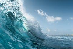 Onda de oceano perfeita que quebra na costa Imagem de Stock Royalty Free