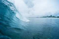 Onda de oceano perfeita que quebra na costa Imagens de Stock