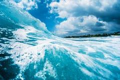 Onda de oceano que quebra na costa Imagens de Stock Royalty Free