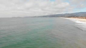 Onda de oceano que rola fora da costa de Califórnia video estoque