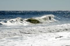 A onda de oceano vislumbra como o vidro imagens de stock royalty free