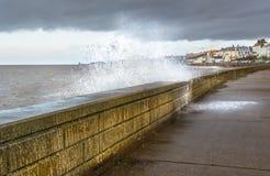 A onda deixou de funcionar sobre a parede de mar na baía de Herne, Kent, Reino Unido foto de stock