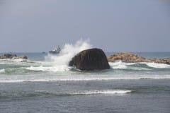 Onda del ‹del †del ‹del †del mare che si rompe su una grande pietra Fotografia Stock Libera da Diritti