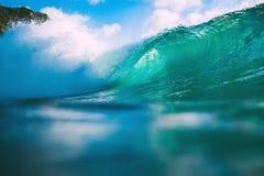 Onda del azul de océano que se estrella Fractura de la onda del barril Fotos de archivo libres de regalías
