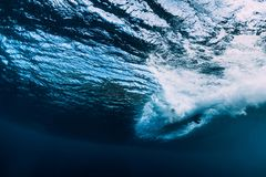 Onda del barilotto subacquea con il surf oceano in underwater immagine stock
