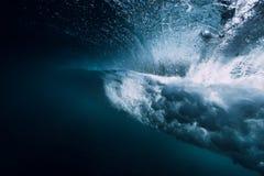 Onda del barilotto subacquea con le bolle di aria e la luce del sole fotografia stock libera da diritti