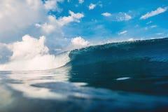 Onda del barril en el océano Onda de fractura para practicar surf en Oahu Fotografía de archivo libre de regalías