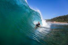 Onda del hueco del interior que practica surf Imágenes de archivo libres de regalías
