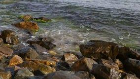 Onda del mar en piedras almacen de metraje de vídeo