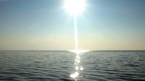 Onda del mar en rayos del sol metrajes
