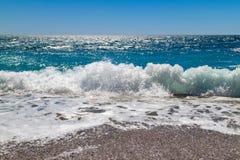 Onda del mar en una playa guijarrosa Imágenes de archivo libres de regalías