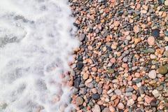 Onda del mar en una playa guijarrosa Foto de archivo