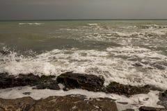 Onda del mar - la tormenta comienza imagen de archivo