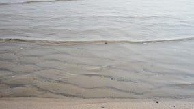 Onda del mar por mañana y tiempo de la salida del sol almacen de video