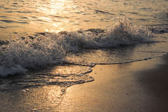 Onda del mar que forma a la playa Fotos de archivo