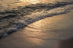 Onda del mar que forma a la playa Fotos de archivo libres de regalías