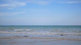 Onda del mar y la playa con el cielo azul almacen de metraje de vídeo