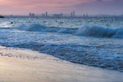 Onda del mare di mattina con il fondo della città Fotografie Stock