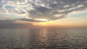Onda del mare nei raggi del sole stock footage