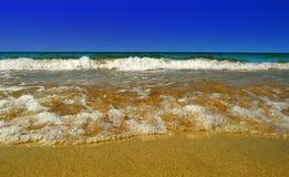Onda del mare nel giallo sabbia Fotografie Stock Libere da Diritti