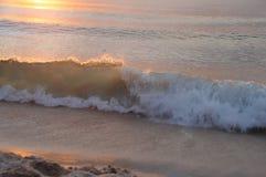 Onda del mare nell'ambito del fascio di tramonto Immagine Stock