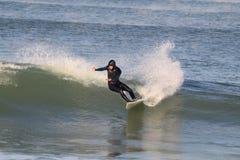 Onda del montar a caballo de la persona que practica surf fotografía de archivo