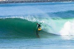 Onda del paseo del tubo de la persona que practica surf que practica surf Fotos de archivo libres de regalías