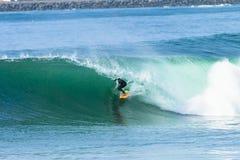 Onda del paseo del tubo de la persona que practica surf que practica surf Fotografía de archivo