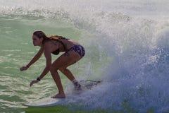 Onda del primer de la muchacha de la persona que practica surf Fotografía de archivo libre de regalías