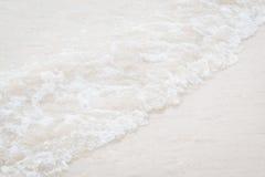 Onda del primer en la playa Fotografía de archivo