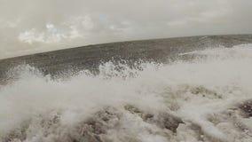 Onda del ` s del océano mientras que se mueve rápidamente metrajes