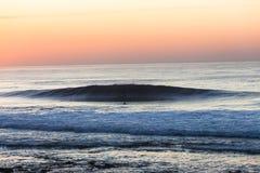 Onda del surfista di alba Immagine Stock